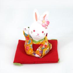 Ornamento di coniglio in ceramica, Il coniglio HANAUSAGI, kimono giallo