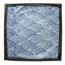 assiette traditionnelle japonaise de taille moyenne carrée courbée avec motifs bleus SEIGAIHA