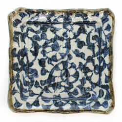 petite assiette japonaise traditionnelle carrée avec motifs bleus et angles recourbés TAKO-KARAKUSA